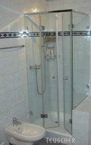 Glasdusche in kleinem Badezimmer.