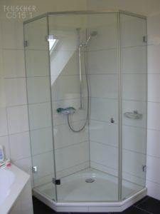 Eine ünfeckige Dusche spart Platz.