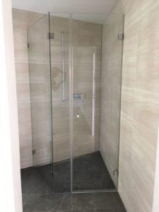 Massgefertigte Dusche für eine schwierige Ecke.