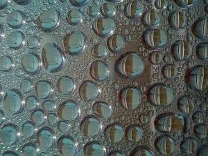 Kalkablagerungen: Wassertropfen auf einer Glasscheibe
