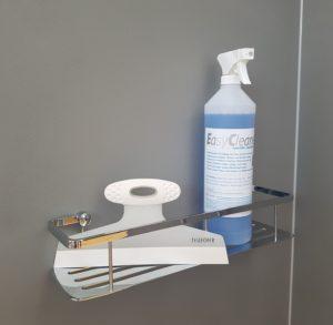Kalk in der Dusche kann mit Duschschaber und sanftem Badreiniger entfernt werden.