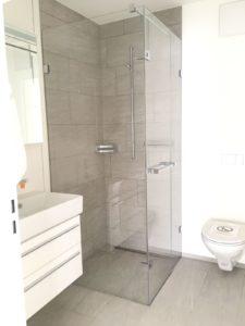 Eine rahmenlose Glasdusche hilft dabei, Kalk in der Dusche vorzubeugen.