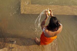 Inder beim rituellen Wassergiessen