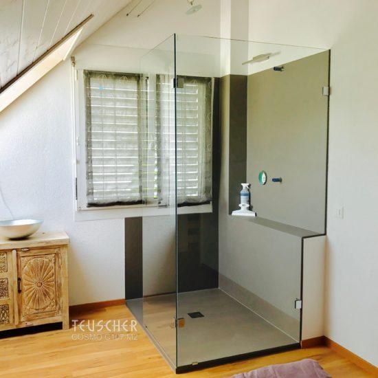 Ein Bad im Altbau auf dem Dachboden mit Glasdusche.