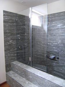Ein Badewannenaufsatz aus Echtglas sieht besonders edel aus.