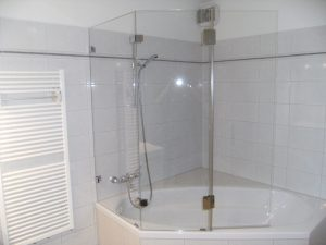 Ein Badewannenausatz kann auch leicht über Eck installiert werden.