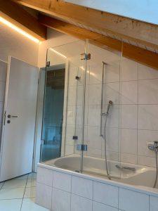 Ein Badewannenaufsatz kann gut unter eine Dachschräge passen.