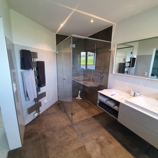 Bodenebene Dusche in grosszügigem Badezimmer.