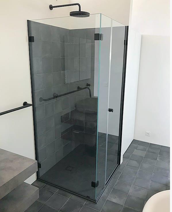 Badgestaltung schwarz-weiss: auch die Dusche kann schwarz sein.