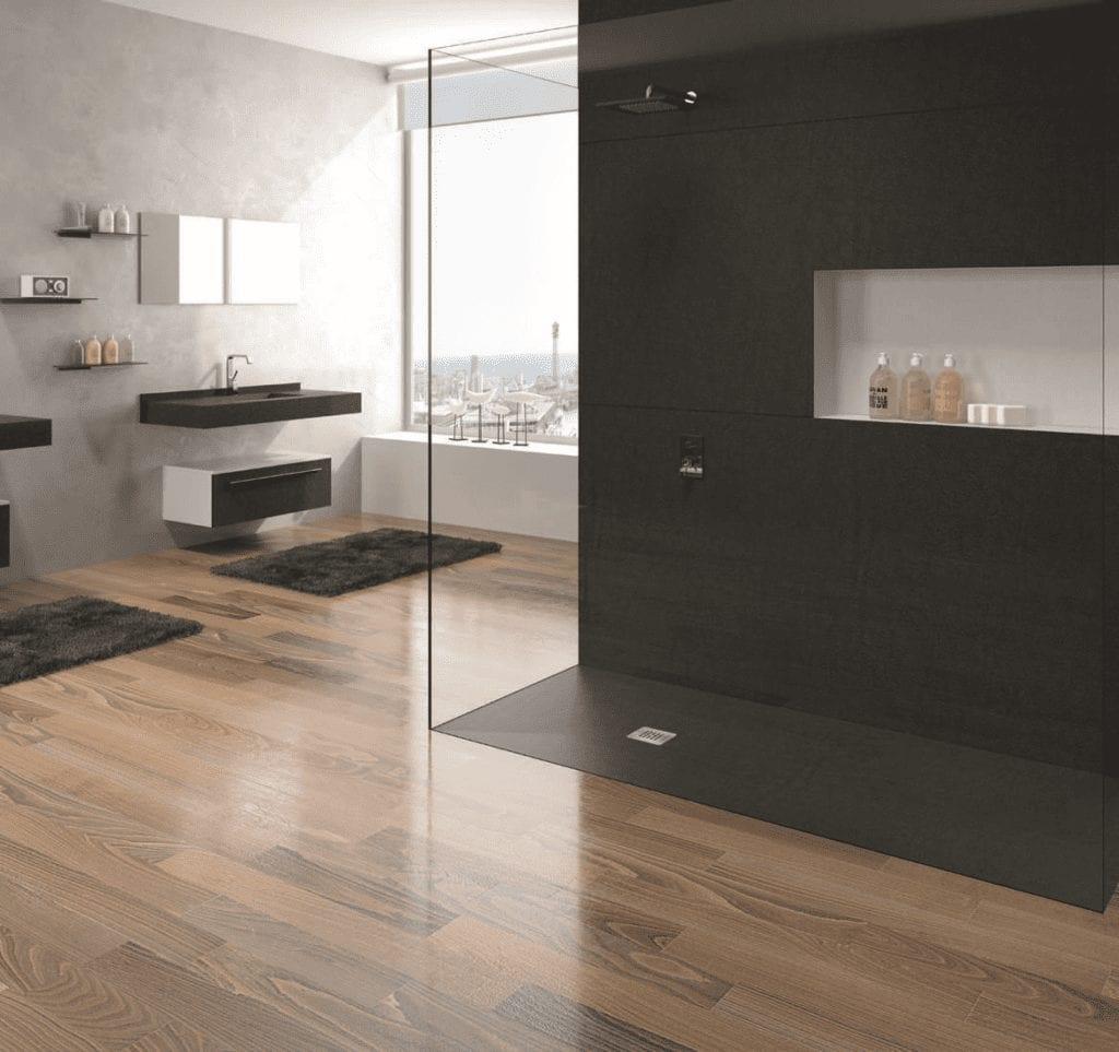 Badgestaltung: schwarz-weiss mit Holzboden.