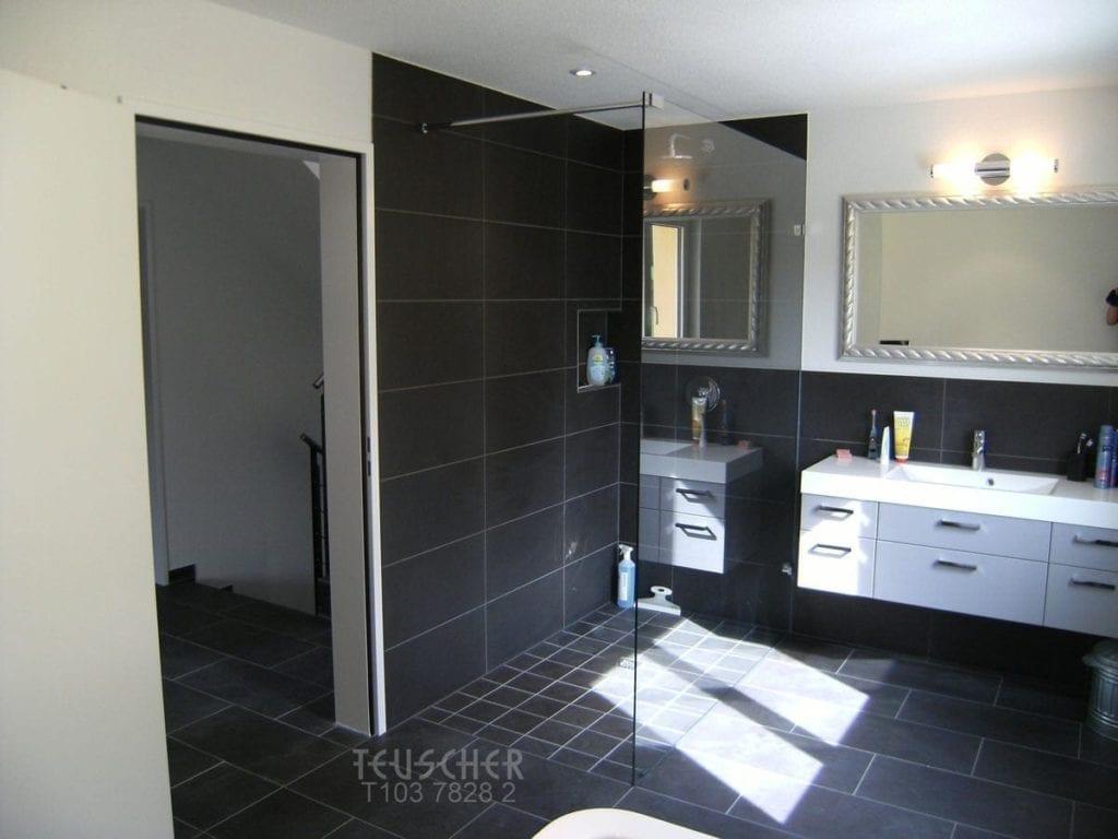Badgestaltung schwarz-weiss: neues Badezimmer mit dem richtigen Lichteinfall.
