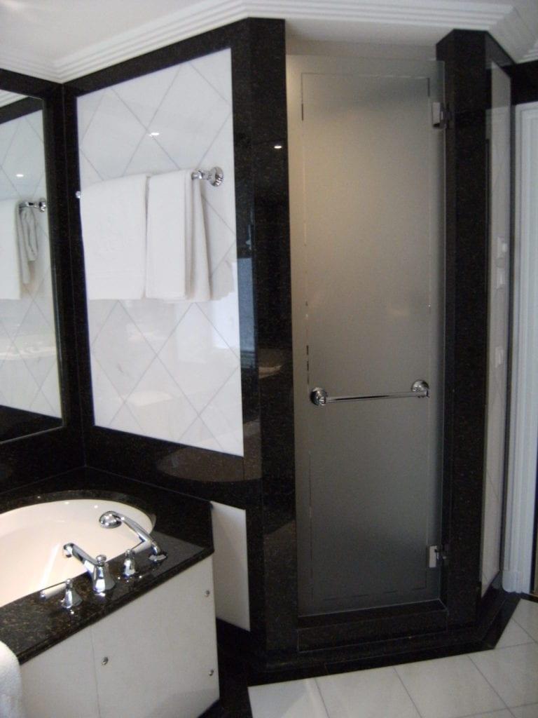 Schöne Dusche: Naturstein in schwarz und weiss (Granit und Marmor).