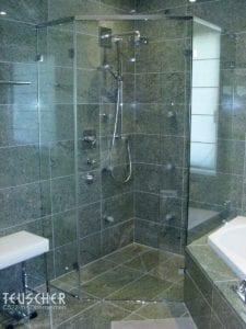 Hinterwand für die Dusche: Naturstein an Wand und Boden.
