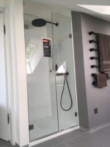 Dusche unter Dachschräge mit Glastür gegenüber der Schräge.