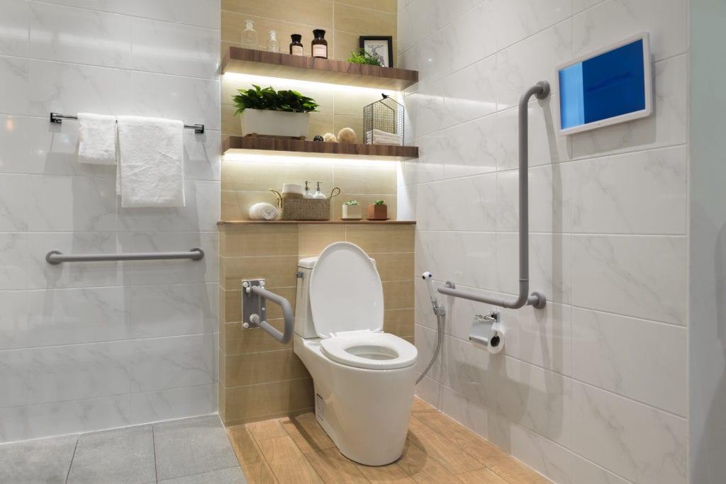 Für barrierefreies Duschen muss das ganze Badezimmer gut geplant sein, wie hier das WC.