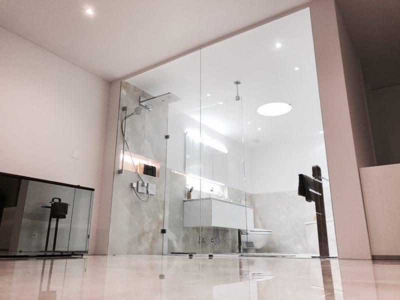 Barrierefreies Duschen durch bodenebene Installation.