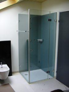 Bad aufwerten mit bedruckter Glasrückwand