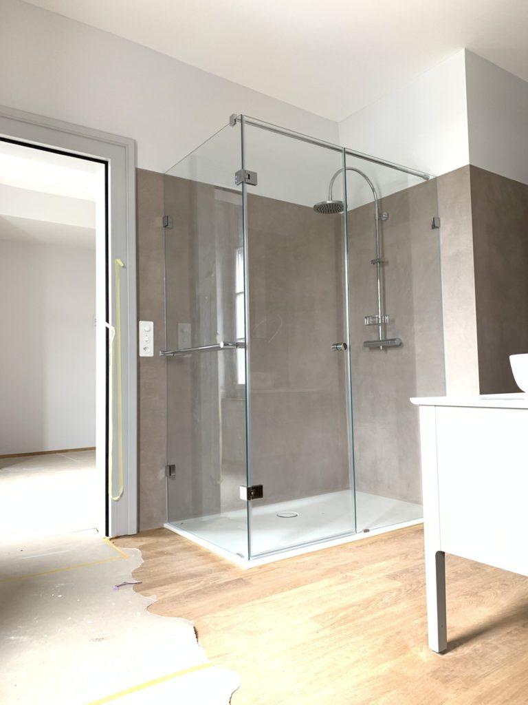 Badezimmer aufwerten mit Laminat-Fussboden.