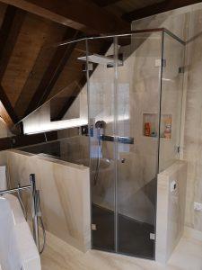 Versteckte LED-Leisten eignen sich hervorragend fürs Licht im Badezimmer.