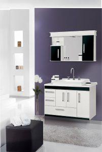 Farben im Badezimmer: lila Wand.