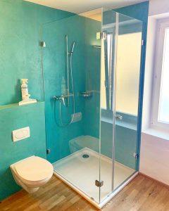 Farbgestaltung im Badezimmer: Türkis passt gut zu Holz.