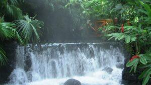 Die Thermalbäder von Tabacón in Costa Rica gehören zu den schönsten der Welt.