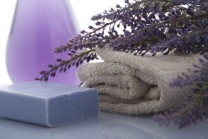 Gesund duschen: Lavendelseife mit Lavendelzweigen.