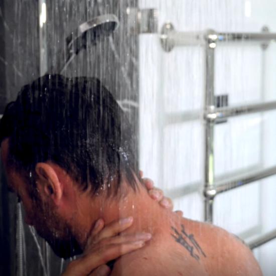 Gesund Duschen: Mann unter der Dusche.