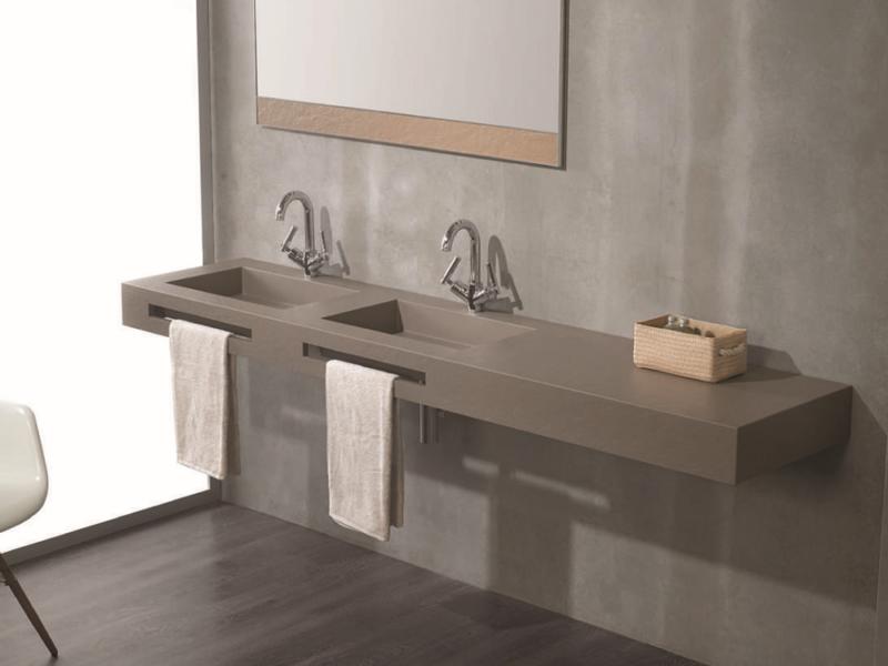 Pflegeleichtes Bad mit fugenlosen Wänden und pflegeleichtem Waschbecken.